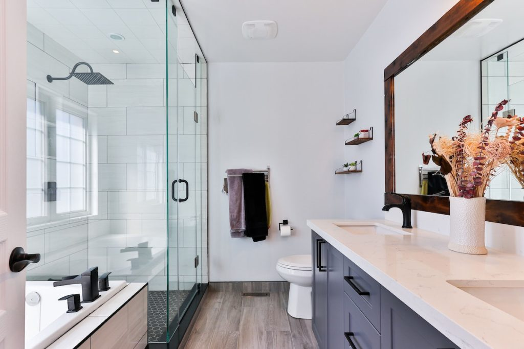 A deep cleaned bathroom   Helpro Cleaning Services Orlando, FL